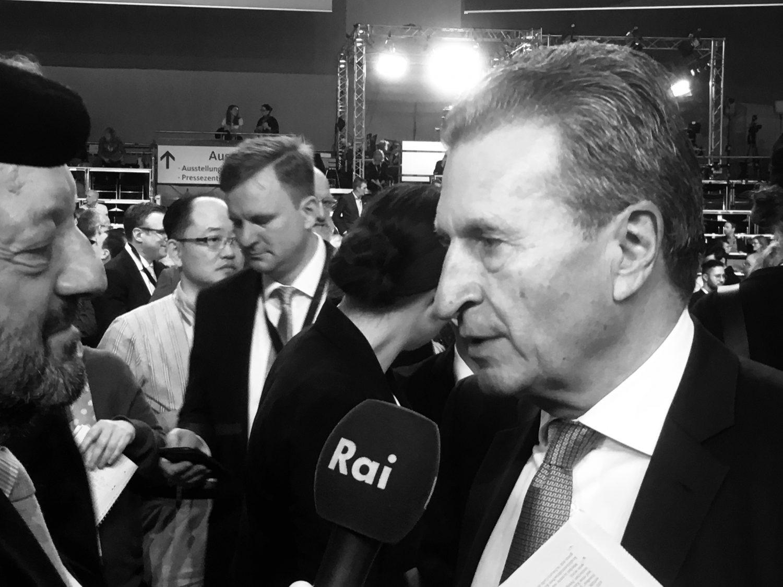 EU-Kommissar Günther Oettinger im Interview auf dem Bundesparteitag CDU Hamburg 2018. Er wirbt für Friedrich Merz als neuen Parteivorsitzenden.