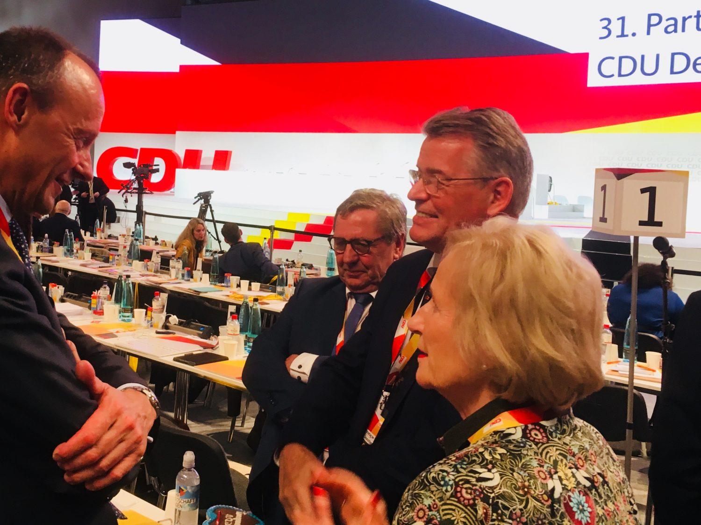 Friedrich Merz (l.) im Gespräch mit Delegierten auf dem Bundesparteitag der CDU in Hamburg 2018 nach seiner Kandidatur für den Parteivorsitz.