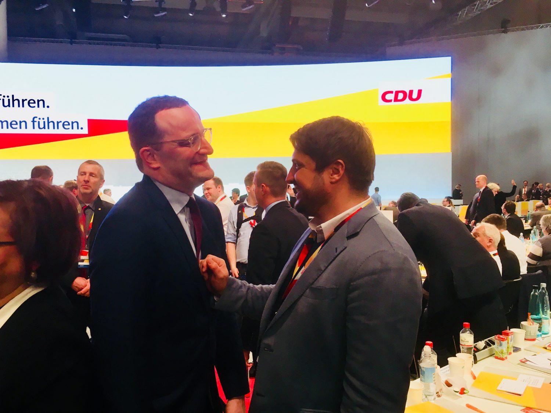 Jens Spahn, CDU-Präsidiumsmitglied und Bundesgesundheitsminister (l.) mit seinem Berater Marc Degen auf dem Bundesparteitag der CDU in Hamburg nach der Kandidatur für den Parteivorsitz.