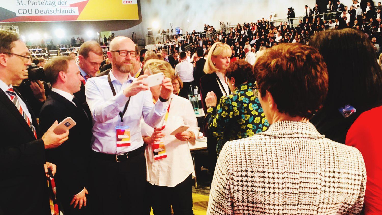 Der ehemalige Generalsekretär Peter Tauber fotografiert die neue CDU-Parteivorsitzende Annegret Kramp-Karrenbauer