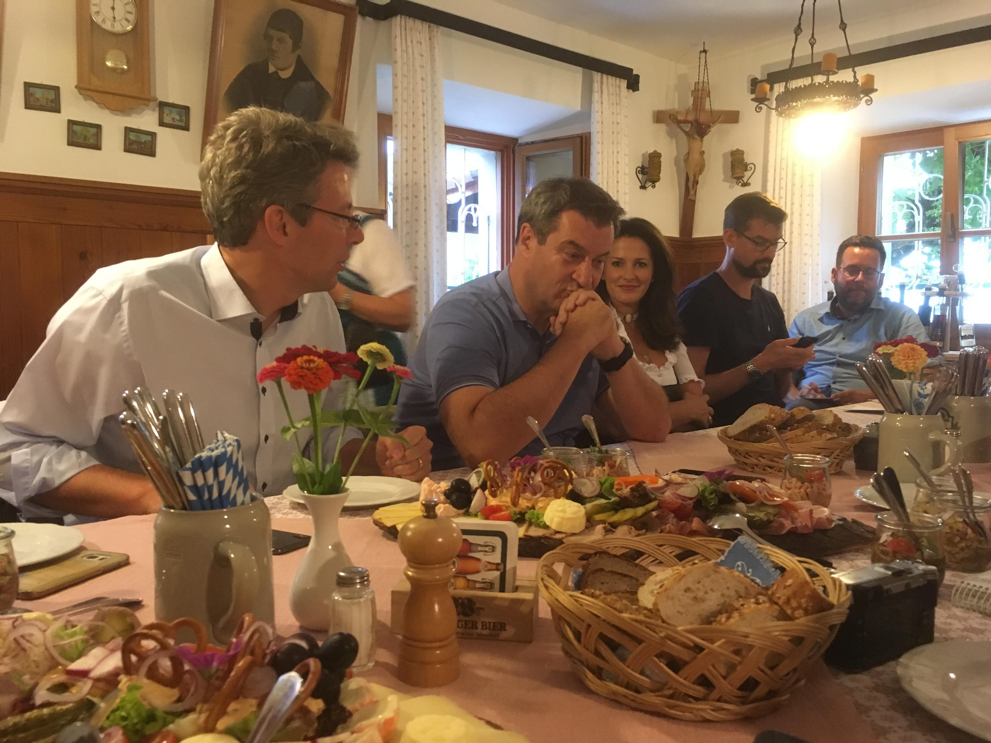 Bayerns Ministerpräsident Markus Söder (Mitte) beim Pressegespräche im Landtagswahlkampf 2018. Die Szene entstand in der Nähe von Anger, im Berchtesgardner Land. Links von ihm Generalsekretär Markus Blume, rechts Agrarministerin Michaela Kaniber.