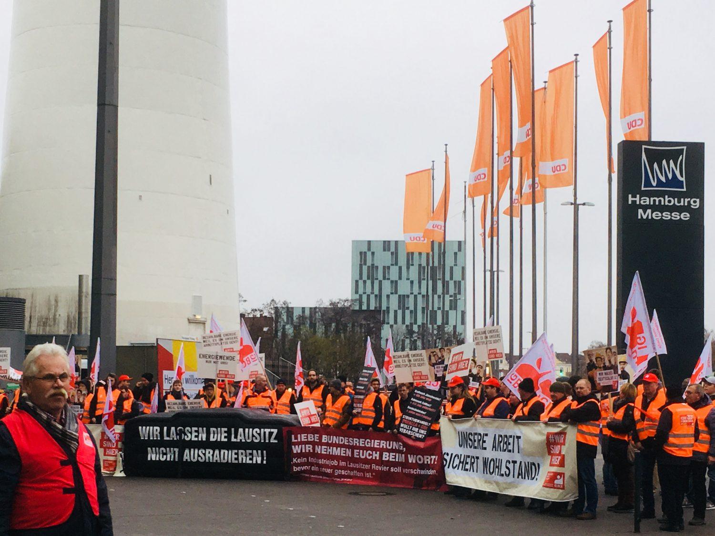 Die Gewerkschaften IGBCE und DGB demonstrieren vor der Messehalle in Hamburg, wo die CDU ihren Bundesparteitag abhält.
