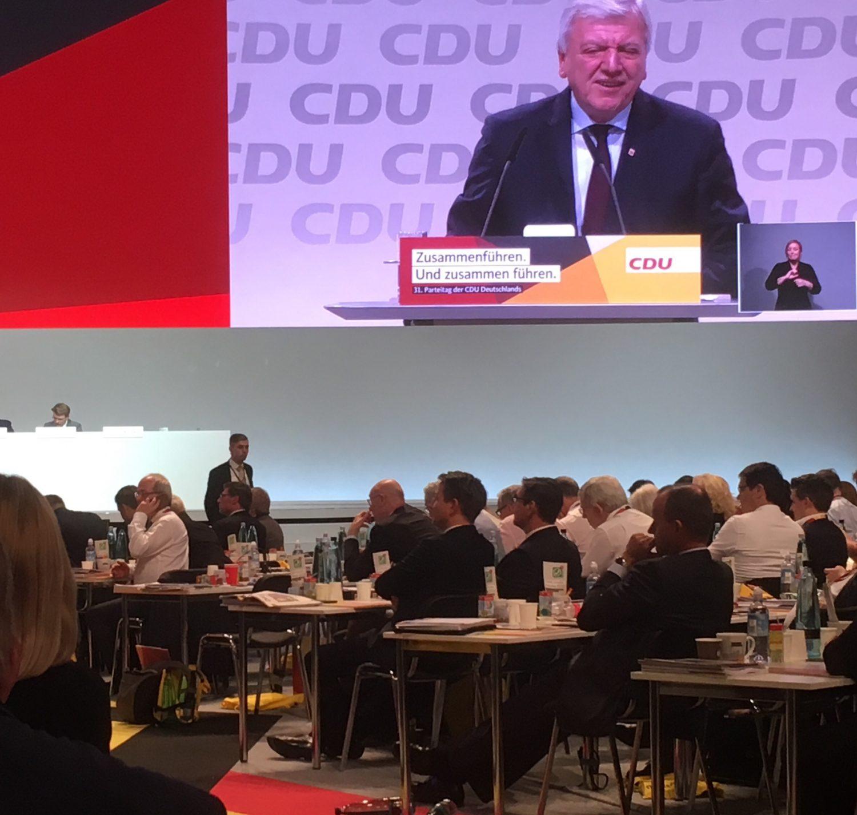 Friedrich Merz (r.) lauscht den Worten von Parteivize Volker Bouffier auf dem CDU-Bundesparteitag 2018.