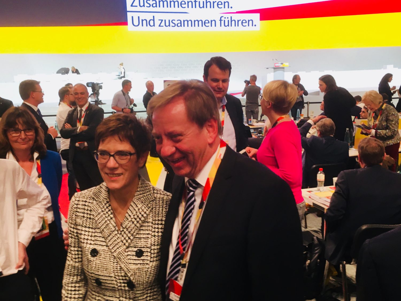 Die neue Parteivorsitzende Annegret Kamp-Karrenbauer posiert auf dem Bundesparteitag für ein Foto mit dem Bundestagsabgeordneten Ingo Gädechens.